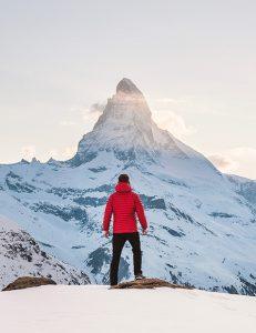 מטייל מטפס על הר מושלג