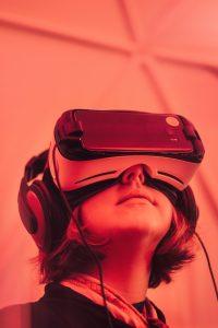ילד מביט בטיול דרך משקפי מציאות מדומה