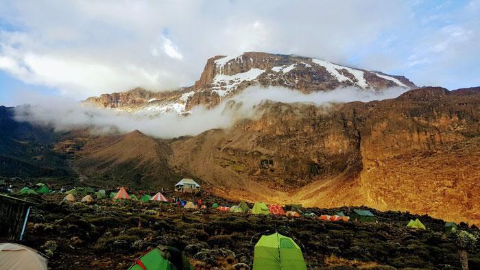 מחנה אוהלים בדרך לפסגת קילימנג'רו טרק