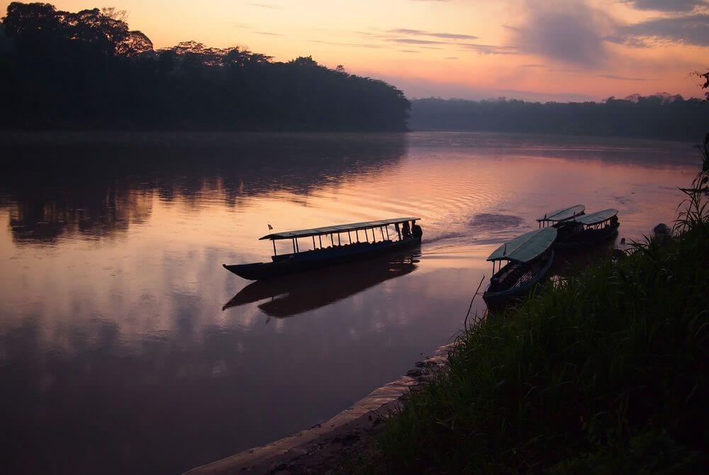 סירה בנהר בפרו