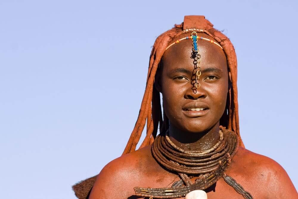 אישה בנהר קוננה נמיביה