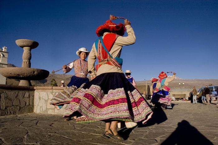 אנשים רוקדים בפרו