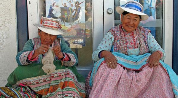 נשים פרואניות יושבות בפתח הבית